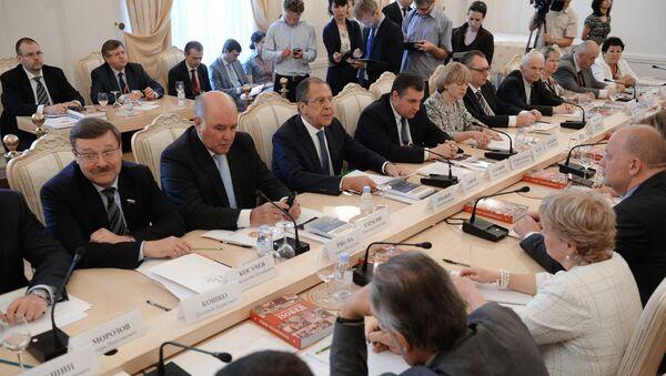 Sergueï Lavrov avec les membres du Conseil mondial de coordination des compatriotes russes - Sputnik France