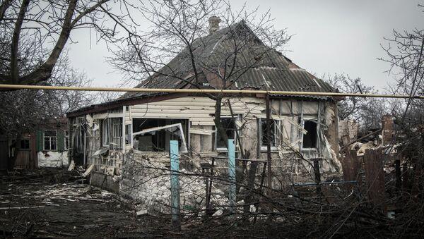 Une maison détruite lors des hostilités dans le Donbass - Sputnik France