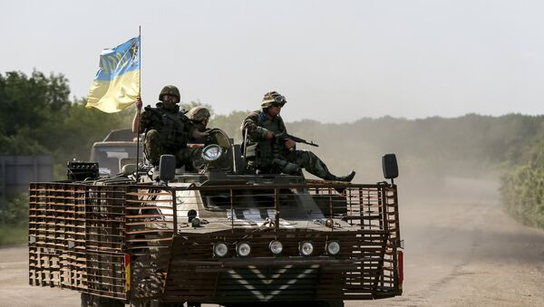 Members of the Ukrainian armed forces ride on an armoured personnel carrier as they patrol the area near Artemivsk, eastern Ukraine, June 4, 2015 - Sputnik France