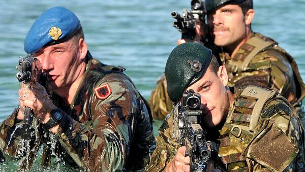 Royal Marine Commandos from the Response Force Task Group (RFTG) conducting amphibious training alongside their Albanian NATO counterparts (left) - Sputnik France