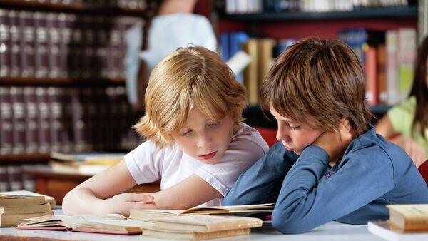 Школьники читают книги в библиотеке - Sputnik France
