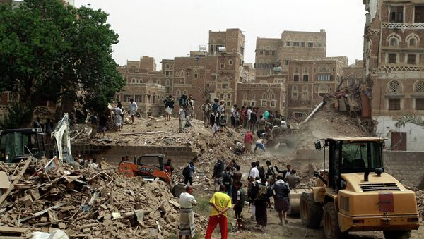 Yemenis search for survivors under the rubble of houses in the UNESCO-listed heritage site in the old city of Yemeni capital Sanaa, on June 12, 2015 following an overnight Saudi-led air strike. - Sputnik France