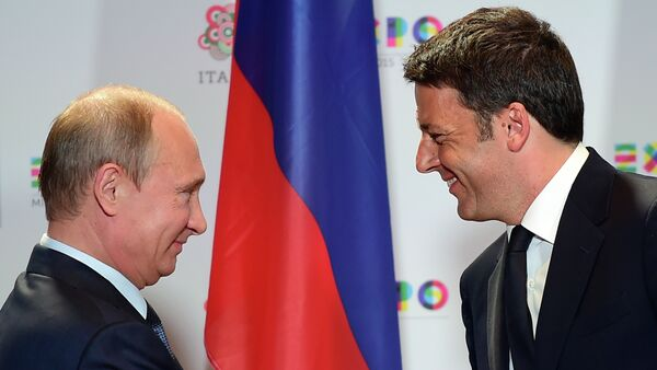 Russian President Vladimir Putin (L) shakes hands with Italian Prime Minister Matteo Renzi at the end of their press conference following a meeting and a visit at the Expo Milano 2015, the universal exhibition, on June 10, 2015 in Milan - Sputnik France