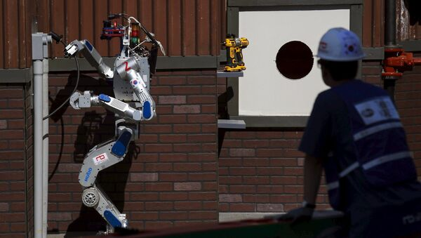 The Team KAIST DRC-Hubo robot completes the plug task before winning the finals of the Defense Advanced Research Projects Agency (DARPA) Robotic Challenge in Pomona, California June 6, 2015 - Sputnik France