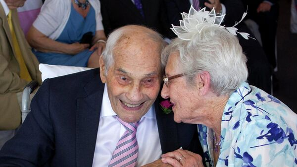 Doreen Luckie (R), aged 91, and George Kirby (L), aged 103 - Sputnik France