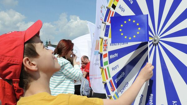 A boy holding a EU flag looks at a wheel with the names of all European Union countries during a picnic marking ten years since Poland joined the EU, in Warsaw, Poland, Thursday, May 1, 2014 - Sputnik France