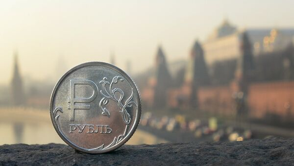 A Russian ruble coin is pictured in front of the Kremlin in central Moscow, on November 20, 2014 - Sputnik France