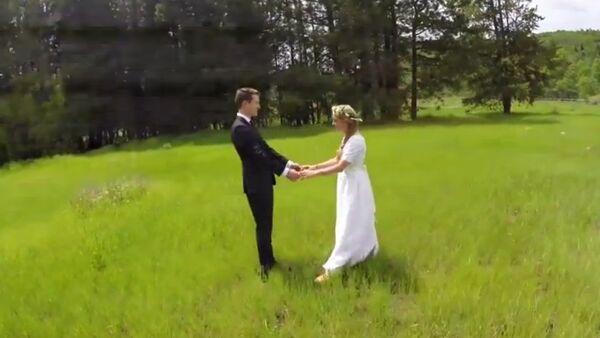 Des jeunes mariés filmés par un drone - Sputnik France