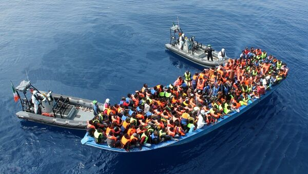 Officers of the Irish Navy ship Le Eithne rescue migrants in the Mediterranean Sea. - Sputnik France
