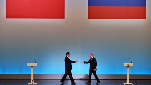 Le président chinois Xi Jinping est accueilli par son homologue russe Vladimir Poutine lors de la cérémonie d'ouverture de L'Année du tourisme chinois en Russie à Moscou - Sputnik France