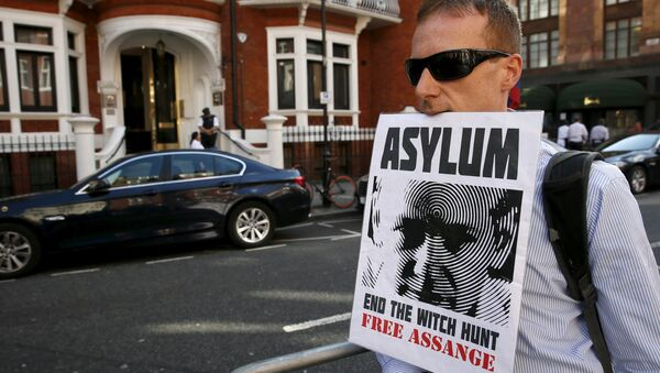 A supporter of Wikileaks founder Julian Assange holds a placard with his mouth during a gathering outside the Ecuador embassy in London, Britain June 19, 2015 - Sputnik France