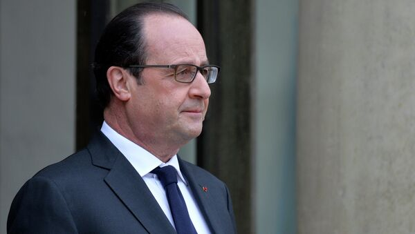 French President François Hollande is pictured after escorting German chancellor Angela Merkel out of the Elysee palace following their meeting - Sputnik France