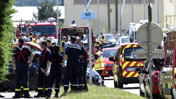 French police and firefighters gather at the entrance of the Air Products company in Saint-Quentin-Fallavier, near Lyon, central eastern France, on June 26, 2015 - Sputnik France