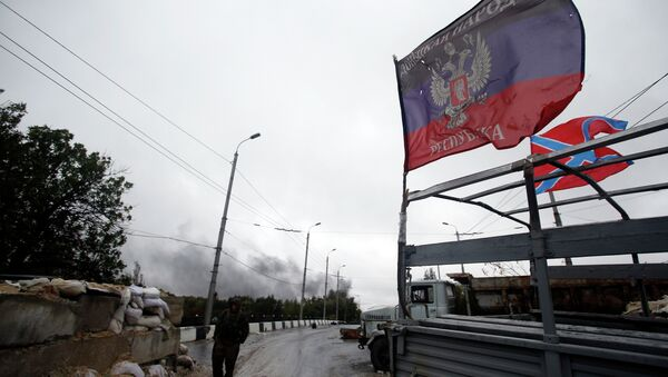 Donetsk People's Republic self-defense forces guards checkpoint in the town of Donetsk, eastern Ukraine, Wednesday, Sept. 24, 2014 - Sputnik France