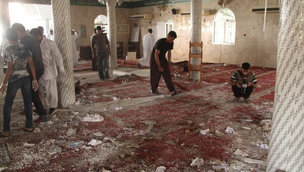 People examine the debris after a suicide bomb attack at the Imam Ali mosque in the village of al-Qadeeh in the eastern province of Gatif, Saudi Arabia, May 22, 2015 - Sputnik France