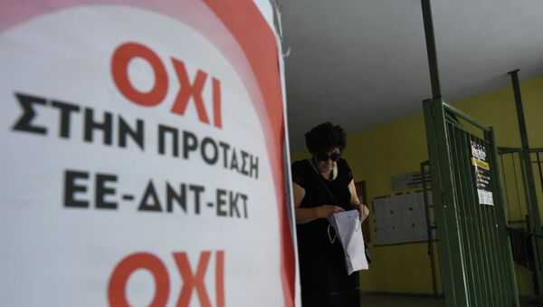 An elderly woman leaves from a polling station as the poster reading ''No to the proposal of EU-IMF-ECB'' in the northern Greek port city of Thessaloniki, Sunday, July 5, 2015 - Sputnik France