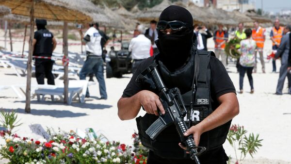 A hooded Tunisian police officer stands guard ahead of the visit of top security officials of Britain, France, Germany and Belgium at the scene of Friday's shooting attack in front of the Imperial Marhaba hotel in the Mediterranean resort of Sousse, Tunisa, Monday, June 29, 2015 - Sputnik France
