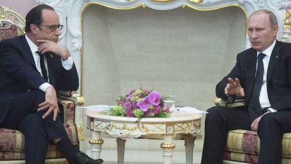 Russian President Vladimir Putin (right) and French president Francois Hollande - Sputnik France