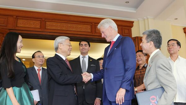 Vietnam's Communist Party General Secretary Nguyen Phu Trong (3rd L) shakes hands with former U.S. President Bill Clinton at the Party headquarters in Hanoi July 2, 2015. Picture taken July 2, 2015. Mandatory Credit. REUTERS/Tri Dung - Sputnik France