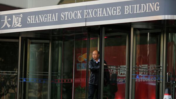 A man walks out of the Shanghai Stock Exchange building at the Pudong financial district in Shanghai - Sputnik France