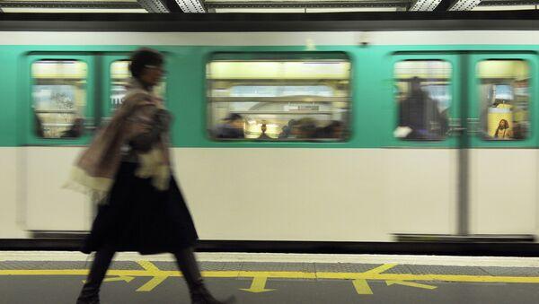 A woman walks on a plateform of Parisian subway as a train arrives, on October 28, 2010 in Paris. - Sputnik France