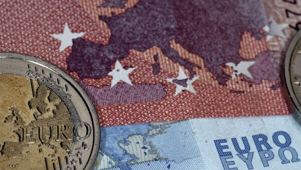 This photo taken in Athens on July 11, 2015 the map of Europe represented on a euro coin and banknotes - Sputnik France