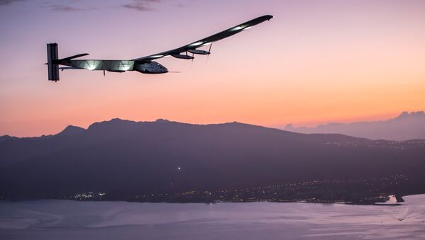 The Solar Impulse 2 airplane, piloted by Andre Borschberg, prepares to land at Kalaeloa airport after flying non-stop from Nagoya, Japan in Kapolei, Hawaii in this July 3, 2015 handout photo - Sputnik France