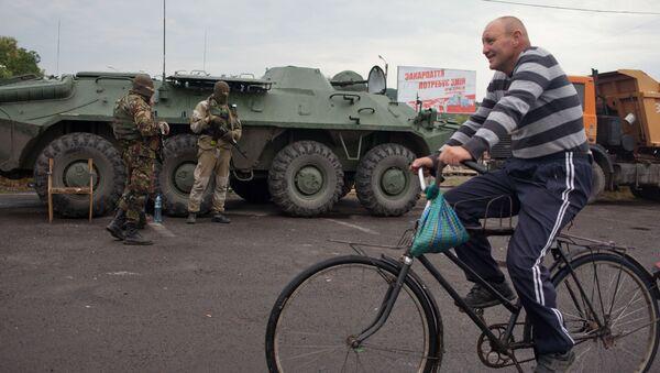 Местный житель проезжает на велосипеде по городу Мукачево - Sputnik France