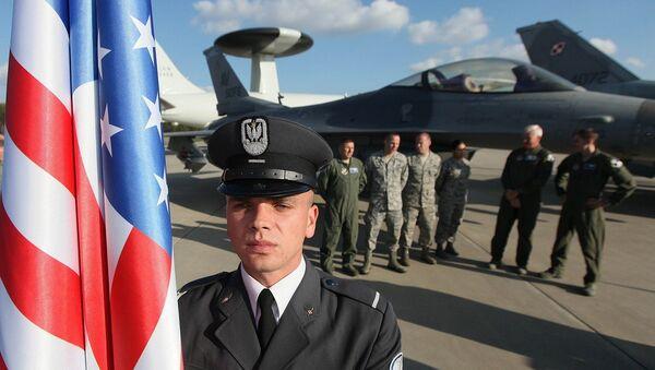 Militaire polonais à côté d'un drapeau américain - Sputnik France