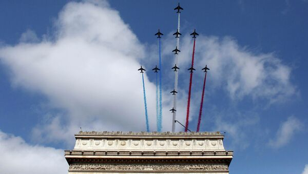 Alphajets from the French Air Force Patrouille de France fly over the Arc de Triomphe during the traditional Bastille Day military parade in Paris, France, July 14, 2015 - Sputnik France