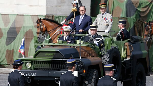 French President Francois Hollande (L) and French Army Chief-of-Staff General Pierre de Villiers stand in military vehicle during the annual Bastille Day military parade on July 14, 2015 in Paris - Sputnik France