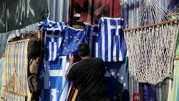 A vendor arranges a European Union flag at the Monastiraki area in Athens, Greece July 13, 2015. - Sputnik France