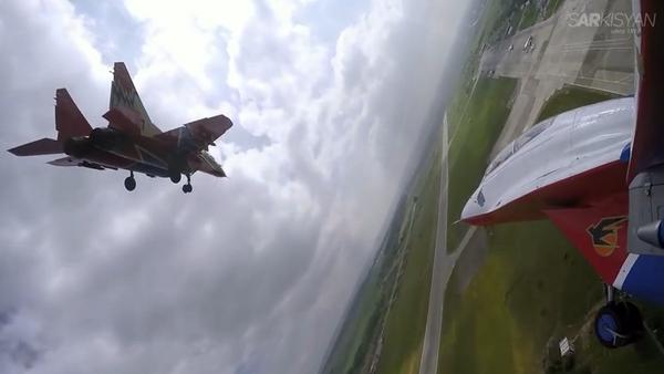 Un vol de voltigeurs aériens russes filmé par un pilote professionnel - Sputnik France