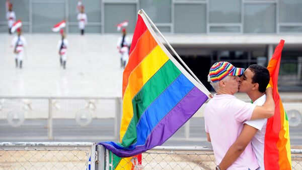 A gay couple kiss in front of Planalto Palace during 3th National Demonstration Against Homophobia, as part of International Day Against Homophobia (IDAHO) in Brasilia, Brazil, on May 16, 2012. - Sputnik France