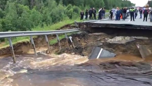 Sibérie: un torrent détruit une route - Sputnik France
