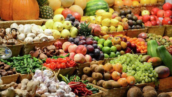 Прилавок с фруктами на рынке - Sputnik France