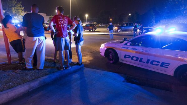 Bystanders watch over the scene at a movie theatre where a man opened fire on film goers in Lafayette, Louisiana July 23, 2015 - Sputnik France