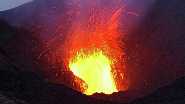 Des savants pénètrent dans le cratère d'un volcan au péril de leur vie - Sputnik France