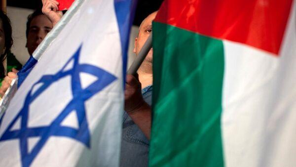 Les drapeaux palestinien et  israélien - Sputnik France