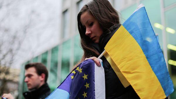 Manifestation avec les drapeaux de l'Ukraine et de l'UE - Sputnik France