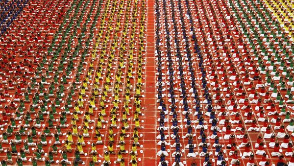 Students practice yoga in the lawns of their school ahead of International Day of Yoga, in Chennai, India, June 19, 2015 - Sputnik France