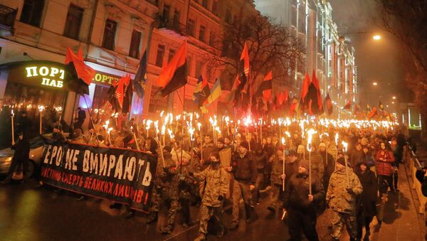 Ukrainian nationalists carry torches and a banner reading 'Heroes do not die' during a rally in downtown Kiev, Ukraine, late Thursday, Jan. 1, 2015 - Sputnik France