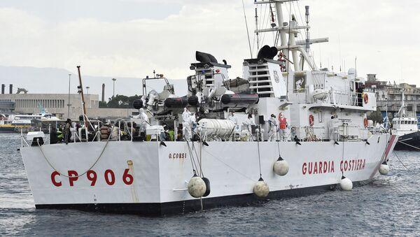 Migrants wait to disembark from Italian Coast Guard ship Oreste Corsi, at the Messina harbor in Sicily, Italy, Tuesday, Aug. 4, 2015 - Sputnik France