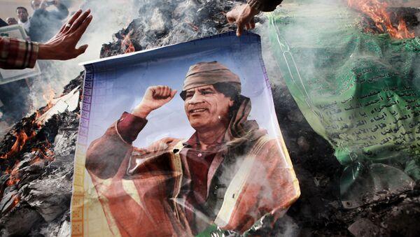 Жители Бенгази сжигают портреты Муамара Каддафи, плакаты с его цитатами и Зеленую книгу Каддафи - Sputnik France