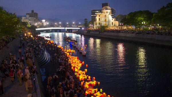 Paper lanterns float on the Motoyasu river in front of the Atomic Bomb Dome, after being released in remembrance of atomic bomb victims on the 70th anniversary of the bombing of Hiroshima, western Japan, August 6, 2015. - Sputnik France