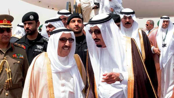 In this picture provided by the office of the Saudi Press Agency, King Salman of Saudi Arabia, right, welcomes Kuwaiti Emir Sabah Al Ahmed Al Sabah upon his arrival to Riyadh Airbase before the opening of Gulf Cooperation Council summit in Riyadh, Saudi Arabia, Tuesday, May 5, 2015 - Sputnik France