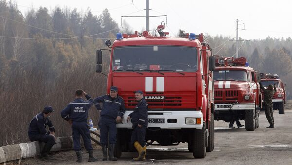 Firefighters stay on position in the Chernobyl zone on May 1, 2015 after nearly extinguished a forest fire near Chernobyl plant, which came within about 20 kilometres (12 miles) of Chernobyl after breaking out on April 28, 2015, - Sputnik France