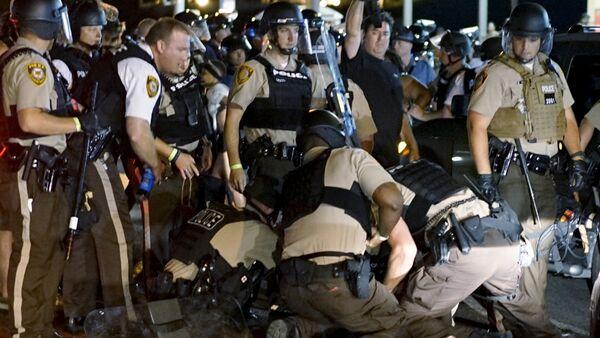 Police detain a protester in Ferguson, Missouri, August 10, 2015. - Sputnik France