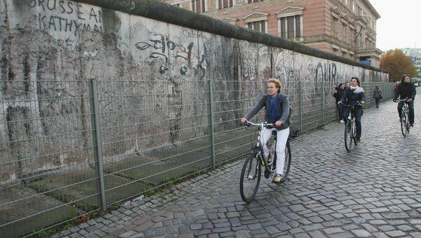 Сохранившаяся часть Берлинской стены недалеко от Потсдамской площади - Sputnik France