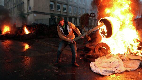 France: du gaz lacrymogène contre des agriculteurs en colère - Sputnik France
